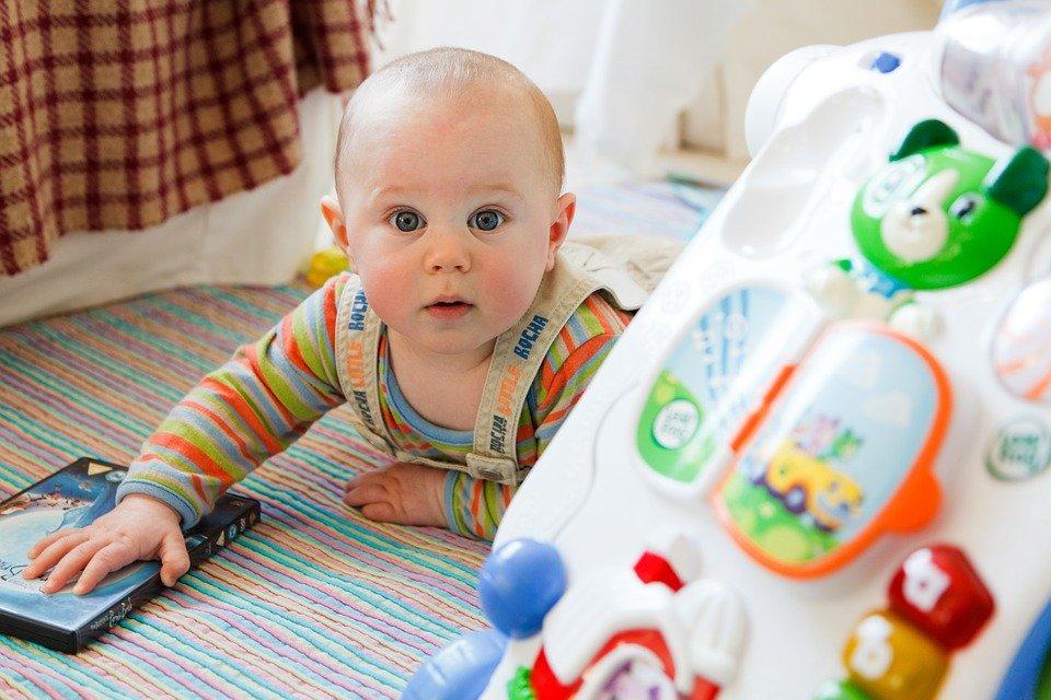 dítě s hračko