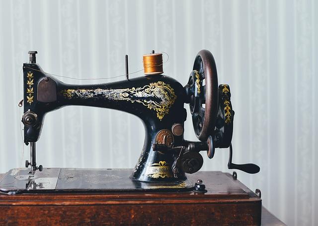 antický šicí stroj