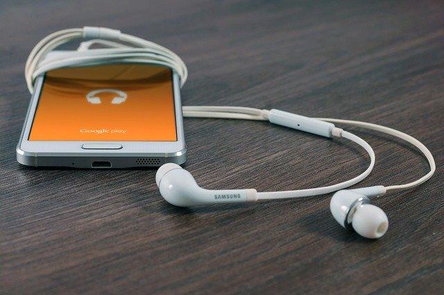mobilní telefon se sluchátky