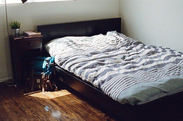 postel v mahagonové úpravě