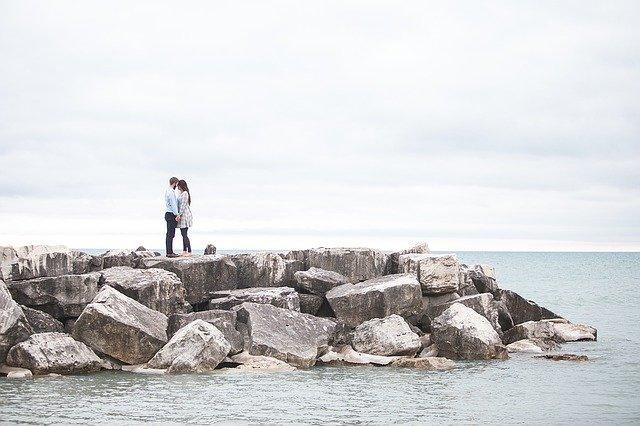 Pár na útesu