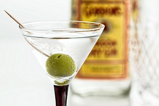 koktejl – martini + gin + oliva
